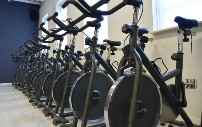 Vrouwfit spinning fietsen